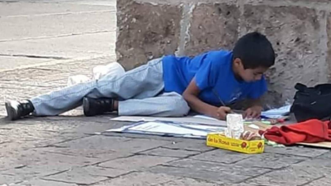 Recibe beca niño que vende dulces en la calle; tiene promedio de 9