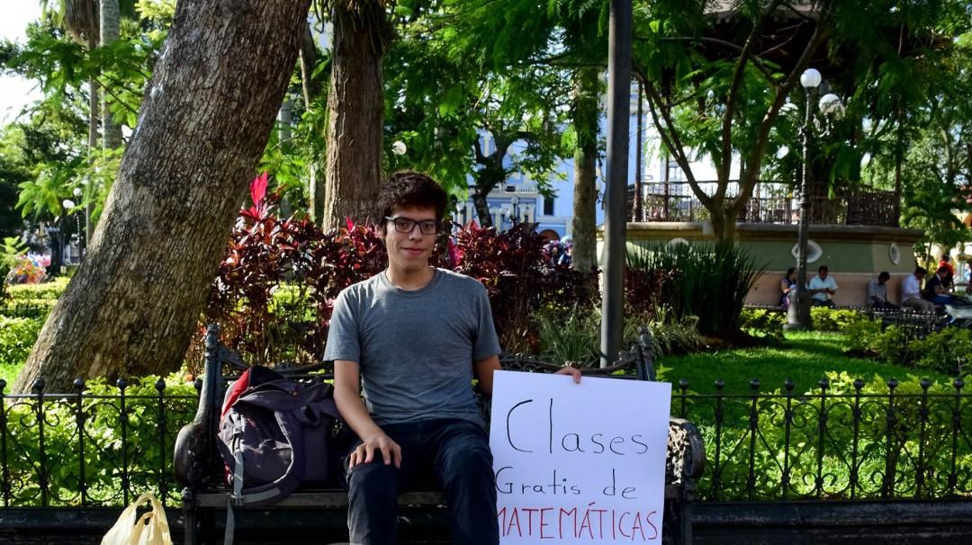 Daba clases de matemáticas en el parque; ahora enseña en la biblioteca