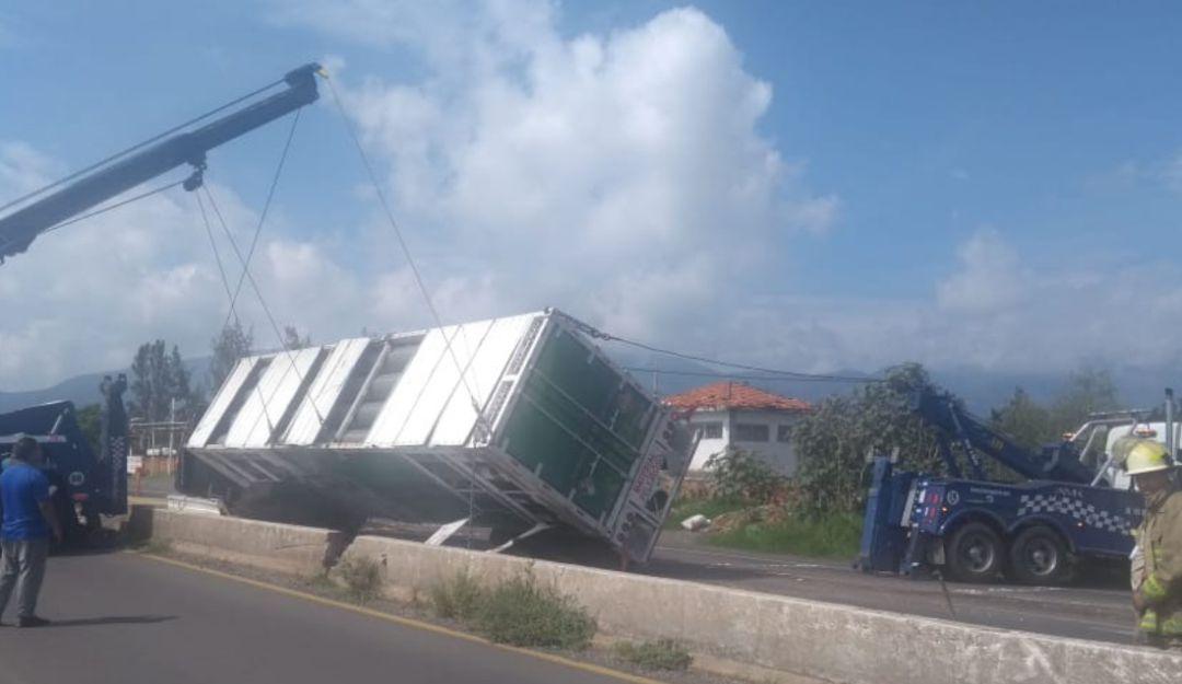 Vuelca tráiler con gas en carretera a Chapala