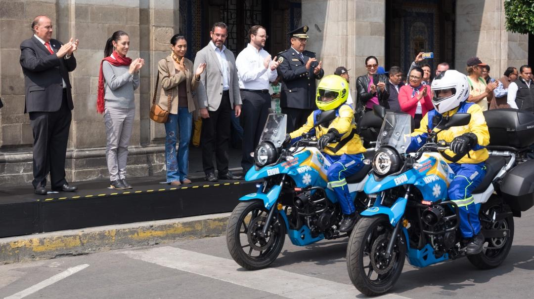 Da Sheinbaum banderazo a paramédicos en moto que atenderán emergencias CDMX