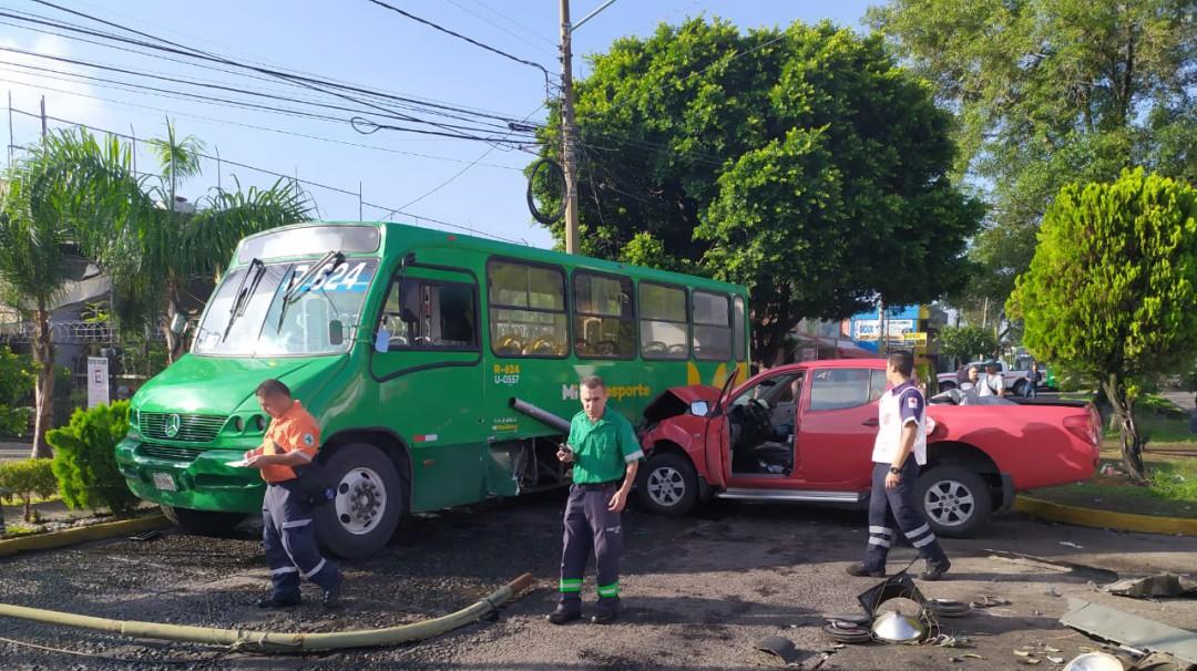 Choque entre dos coches y un camión dejó daños en la vía pública