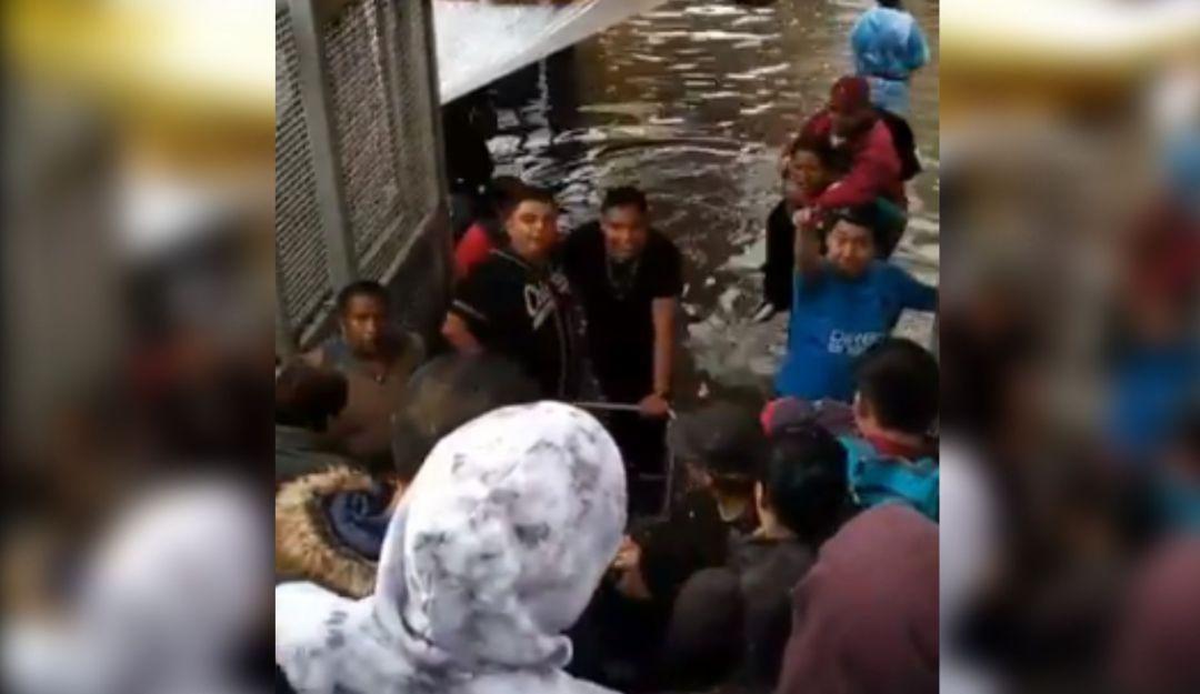 5 pesitos; se inunda el metro y cobran para pasar a las personas