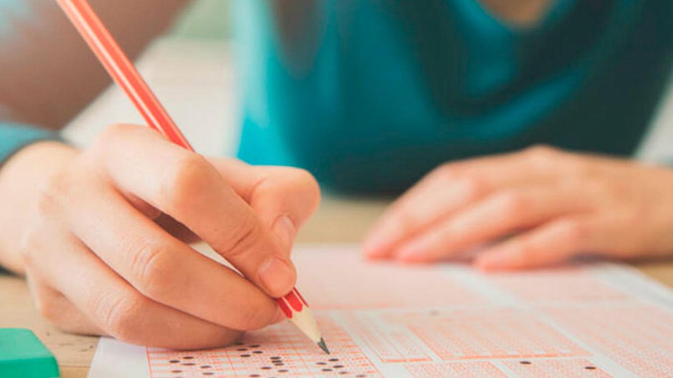 Estudiante de a luz y regresa a la escuela a terminar examen
