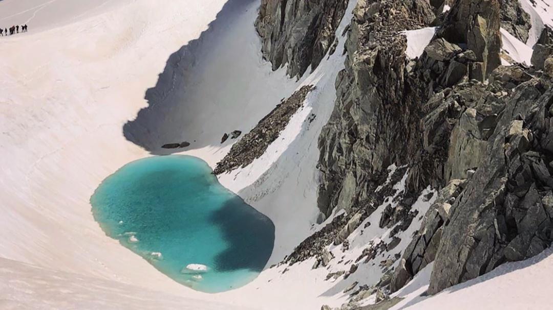 Alpinista escala los Alpes y encuentra un lago donde antes había nieve