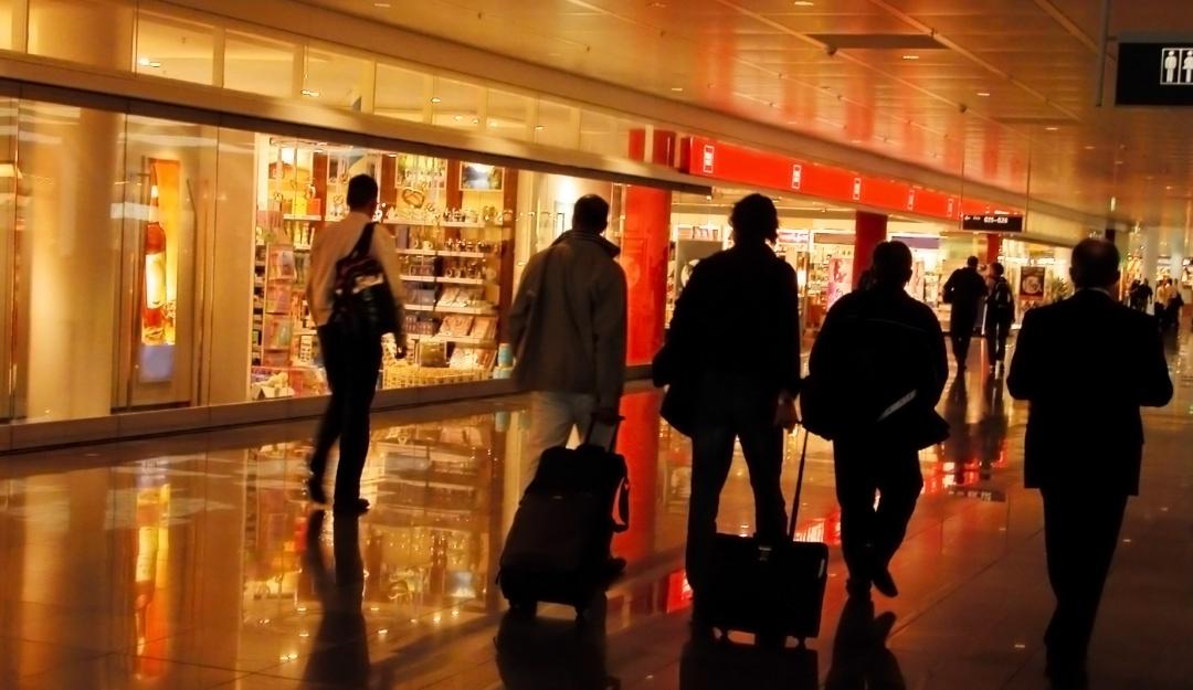 Estas son algunas cosas que debes evitar comprar en un aeropuerto