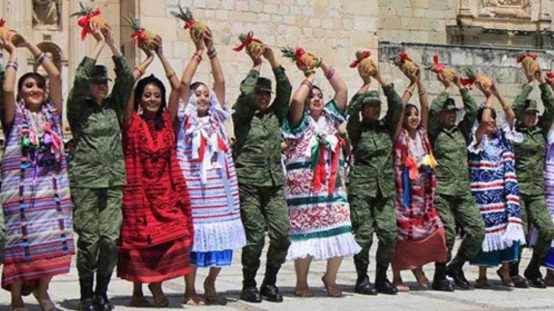 Militares dejaron sus armas para bailar en la Guelaguetza