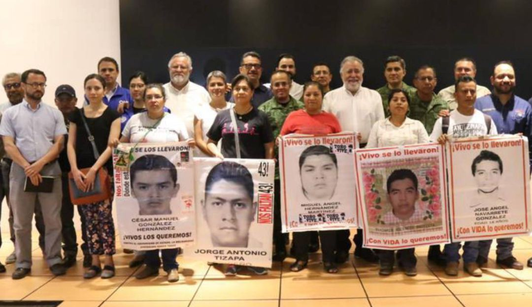 Padres de los 43 normalistas inspeccionan batallón de Iguala