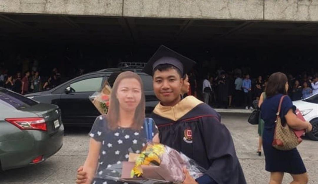 Con una foto en tamaño real recuerda a su madre durante graduación