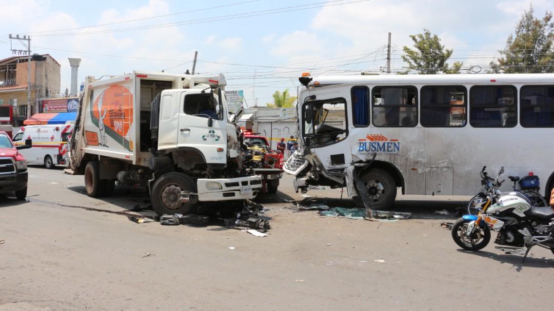 Conductor de camión recolector muere tras choque en Tlajomulco