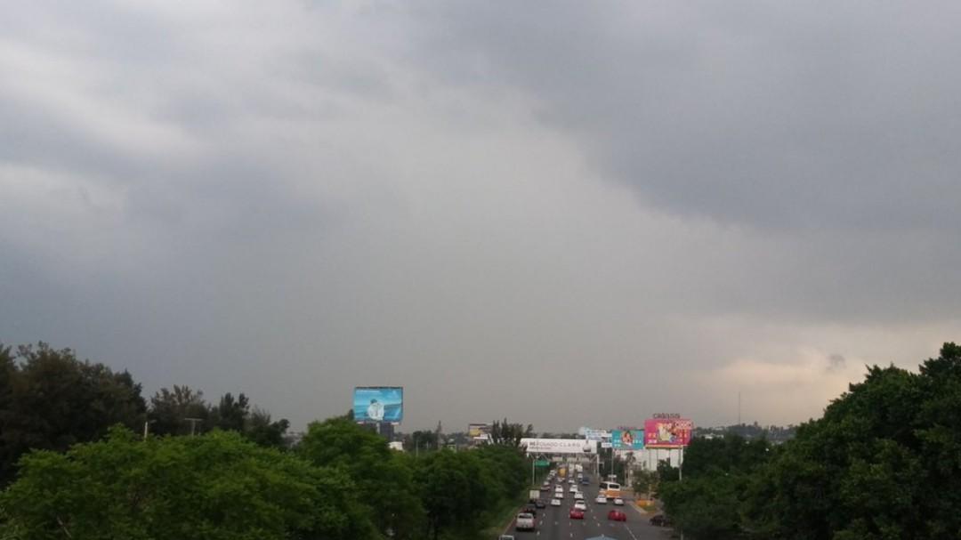 Lluvia abre bache poncha llantas en carretera a Chapala