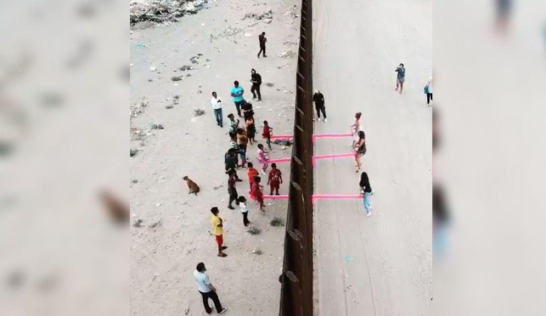 """Gran lección; borran las fronteras jugando al """"sube y baja"""""""