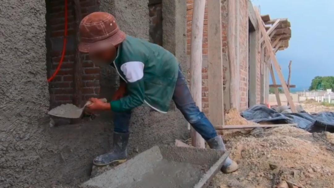 Niño albañil con promedio escolar de 9.7 y sueños de arquitecto