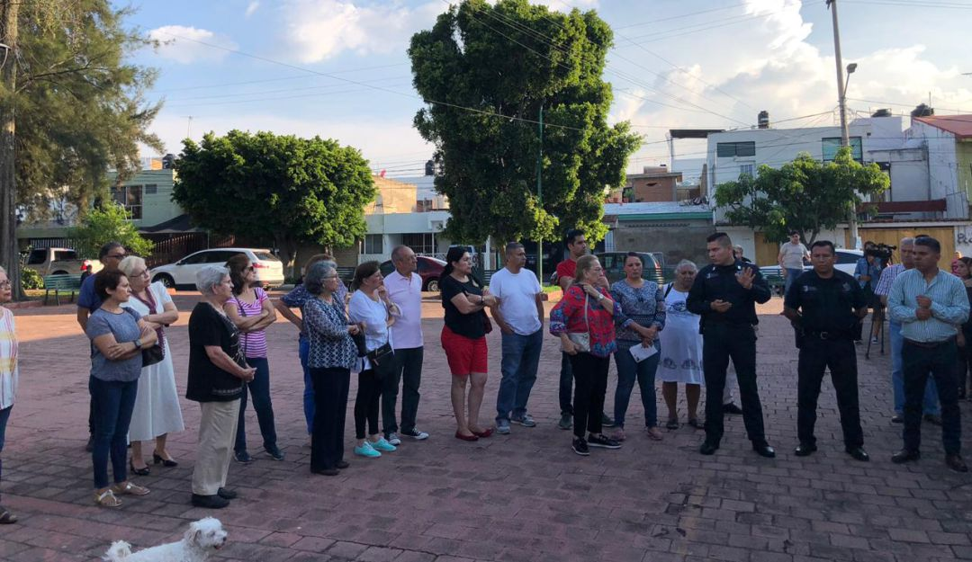 Vecinos de Jardines del Country se reúnen con policía de Guadalajara