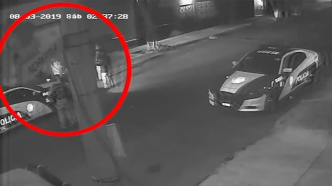 Videos captan a policías y joven la noche de presunto abuso en Azcapotzalco