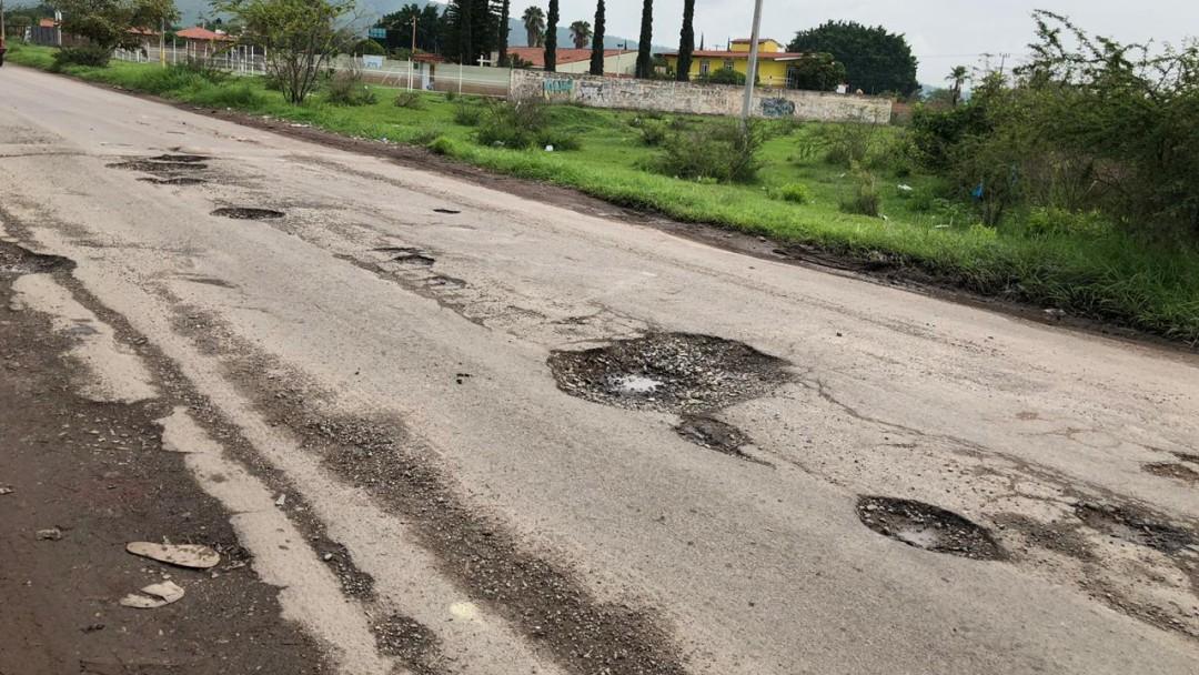 Baches en asfalto de El Salto, dolor de cabeza para automovilistas