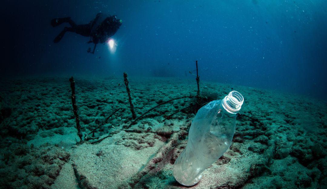 Hallan concentración extraordinaria de microplásticos en Océano Atlántico