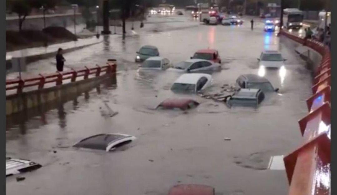 Autos quedan bajo el agua por inundaciones en Monterrey