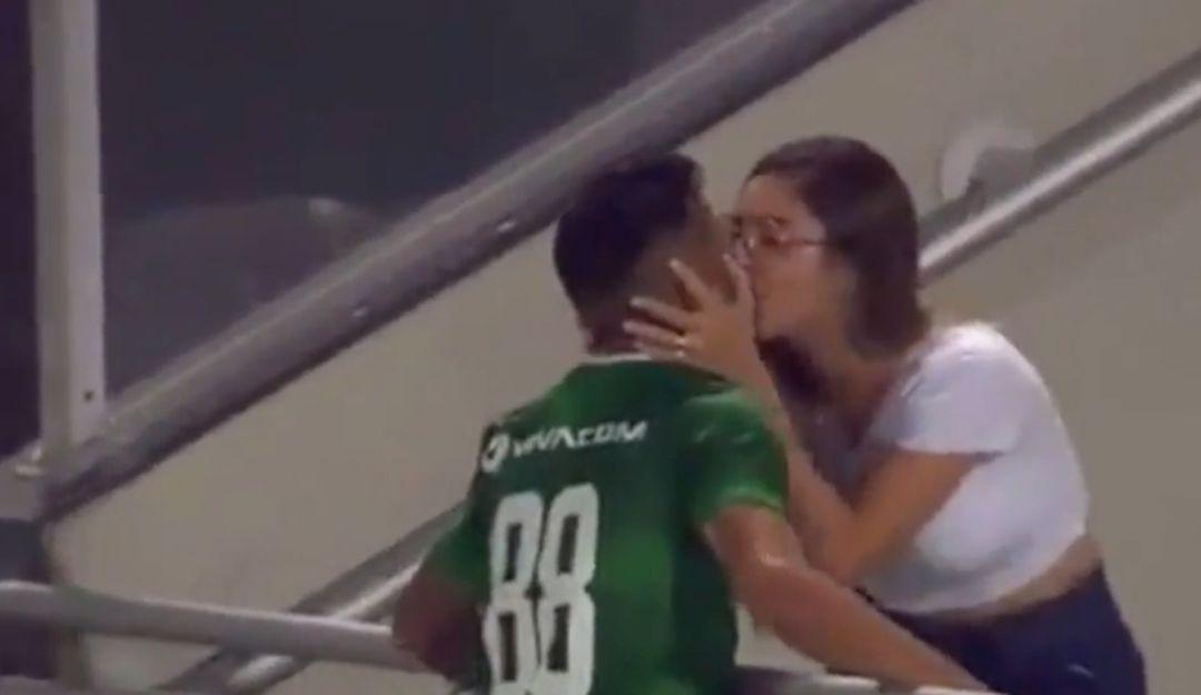 Futbolista mete gol y lo anulan por festejar con su novia