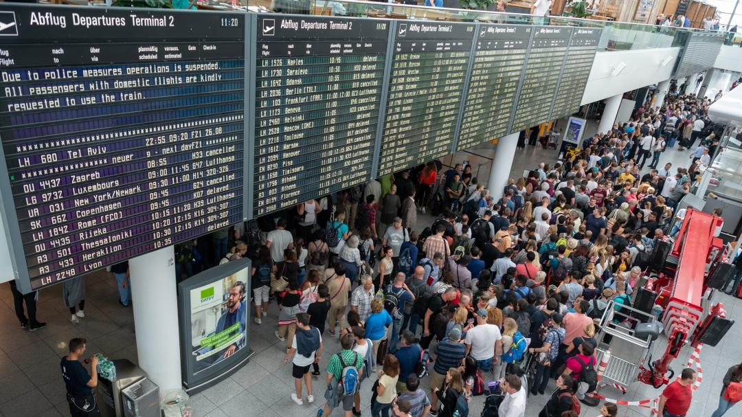 Pasajero distraído comete error y causa la cancelación de 130 vuelos