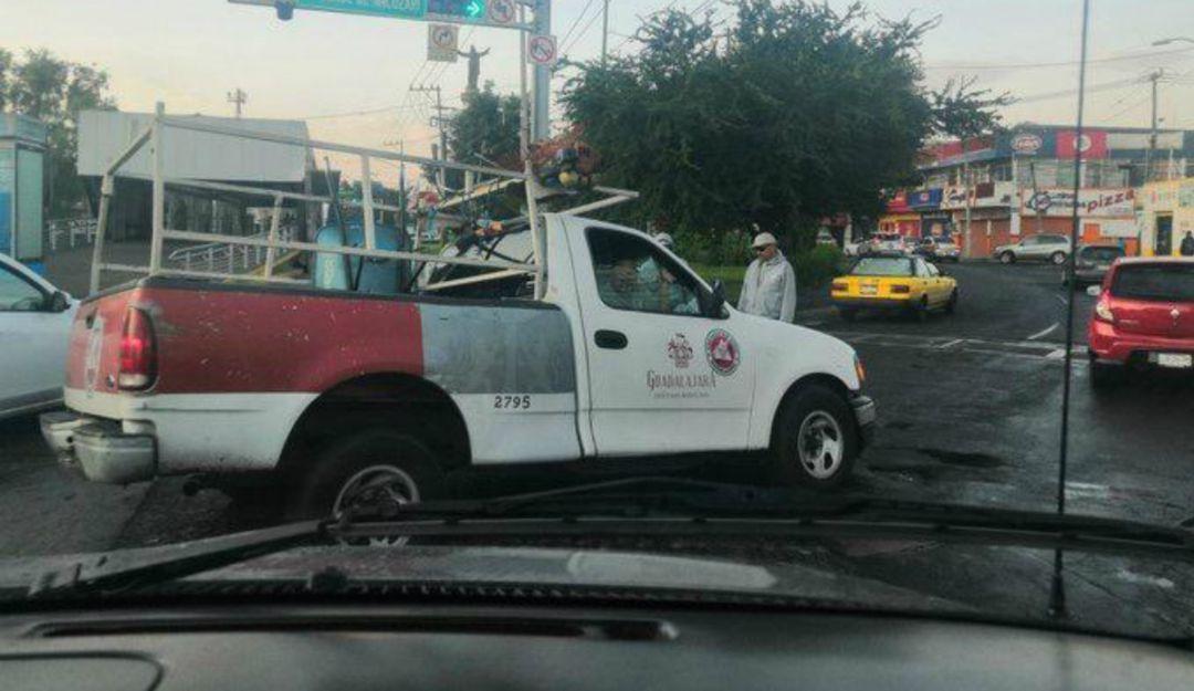 Camioneta oficial de Guadalajara cae a socavón