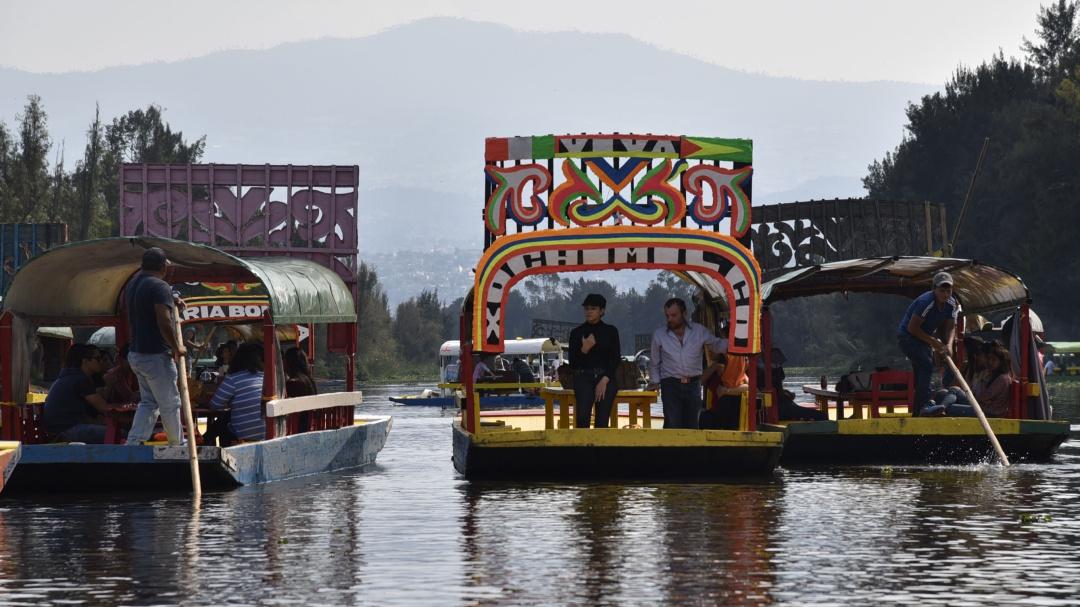 Xochimilco prohíbe en las trajineras venta de bebidas alcohólicas