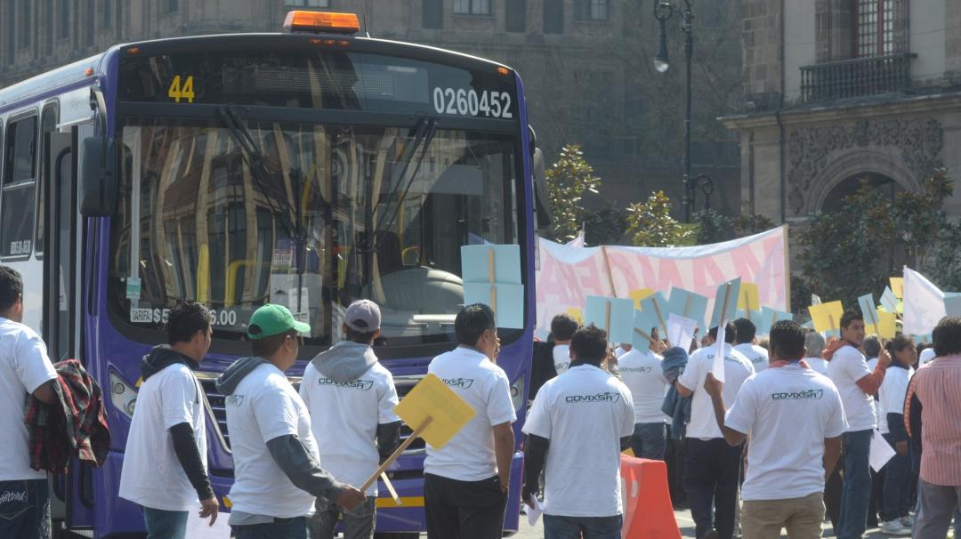 Microbuseros marchan complicando la circulación en la CDMX