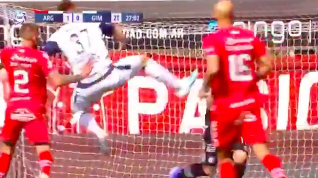 """Futbolista debuta y lo expulsan por patada de """"karateca"""""""