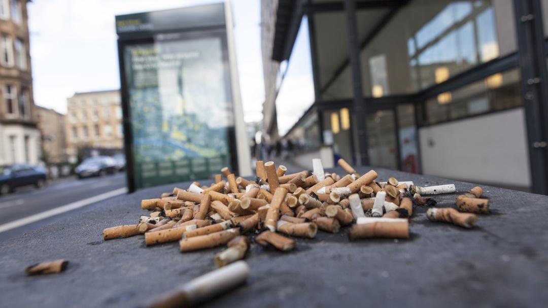 Tirar colillas de cigarro podría ocasionar multa de 25 mil pesos en CDMX