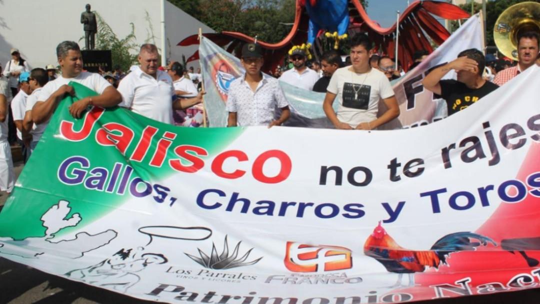 Protestan en contra de quitar peleas de gallos y corridas de toros