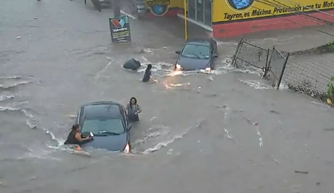 """Coladera """"traga"""" a mujer en Culiacán durante las fuertes inundaciones"""