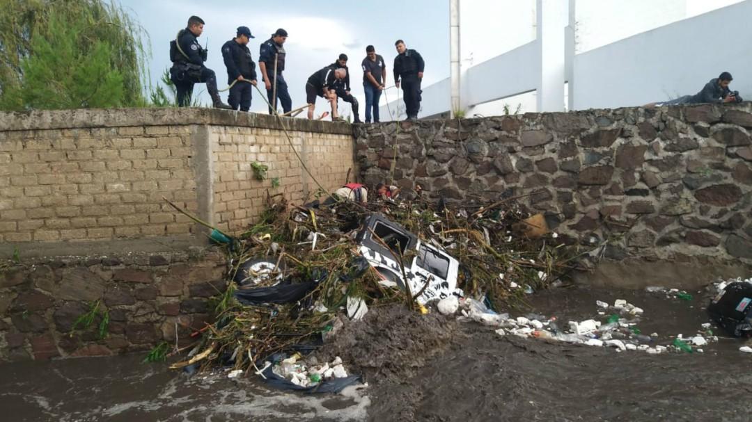 Localizan cuerpo de una de los tres desaparecidos arrastrados por arroyo