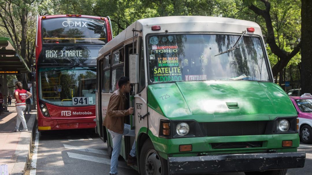 Chilangos pasan 20 días al año en el transporte público: IMCO