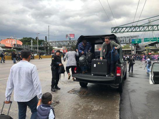 Policías federales mantienen bloqueo en AICM