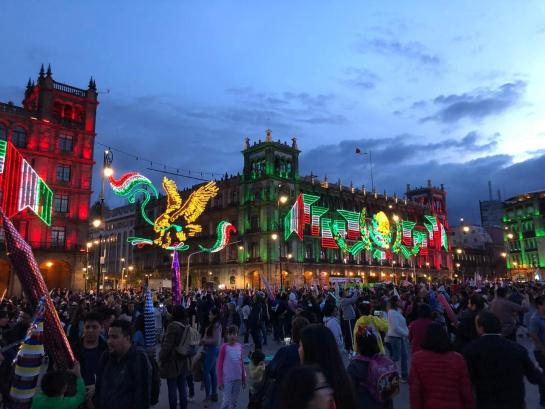 En los primeros festejos patrios se solicitaba al pueblo iluminar sus casas, tradición que tiene su expresión moderna en el decorado del Zócalo