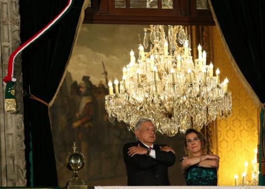 AMLO salió al balcón de Palacio Nacional acompañado de su esposa, Beatriz Gutiérrez, la noche de El Grito