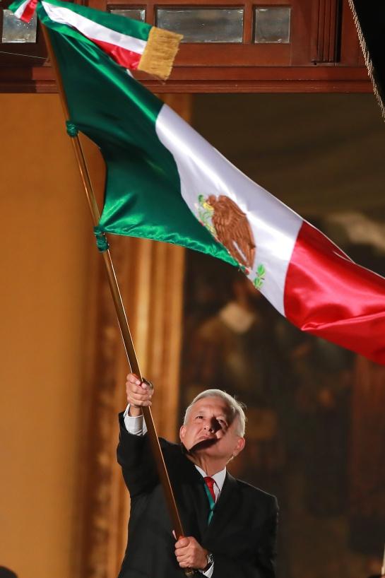 AMLO ondeando la Bandera el 15 de septiembre