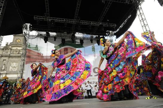 Bailes regionales previo a la ceremonia de El Grito en el Zócalo