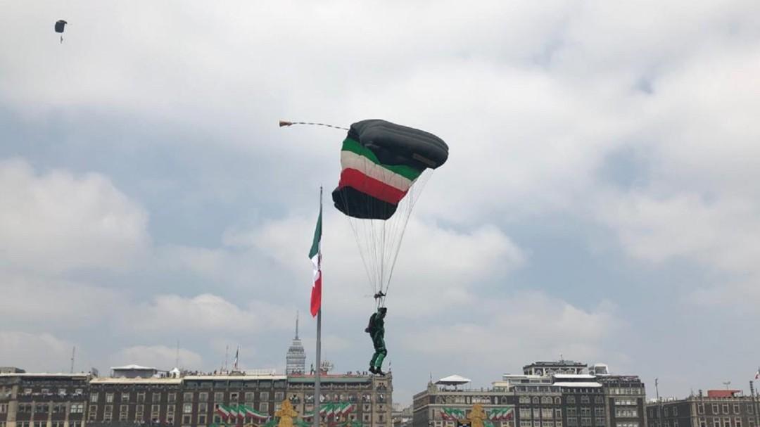 Marina reporta estable a paracaidista que cayó durante Desfile Militar