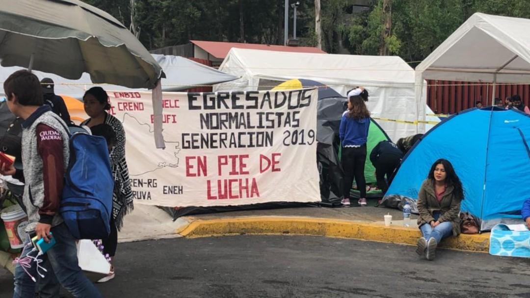 CNTE reinstala plantón en inmediaciones de la Cámara de Diputados