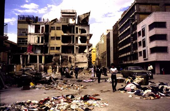 Cifras oficiales señalan que más de 1,000 costureras perdieron la vida en las 200 maquiladoras, aunque las organizaciones civiles hablan de más de 1,600 víctimas