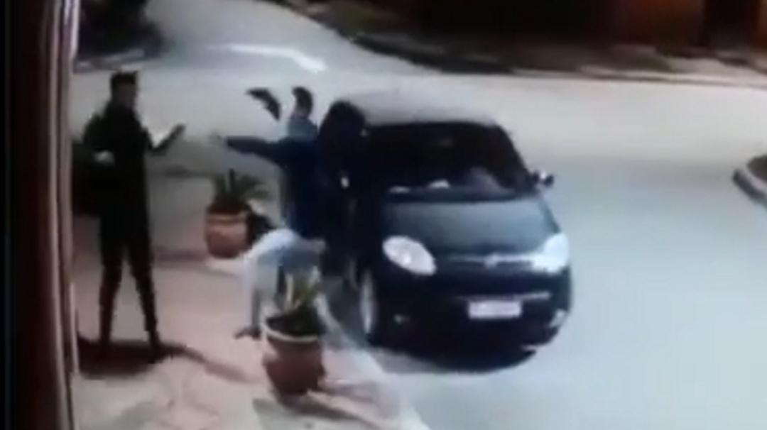Ladrón se percata que el víctima era su amigo y terminan abrazados