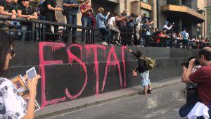 Conmemoración del caso Ayotzinapa acaba en destrozos