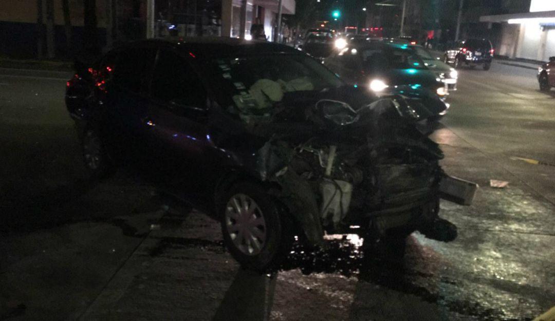 Choque entre ambulancia y auto deja dos lesionados