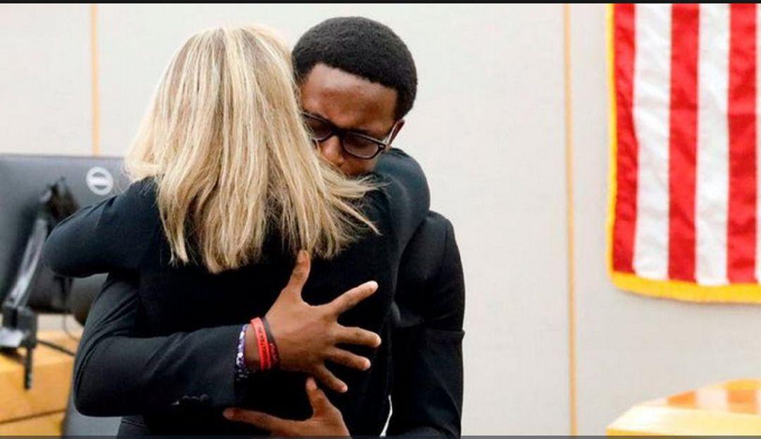 Policía le quita la vida a su hermano y así reacciona después del juicio