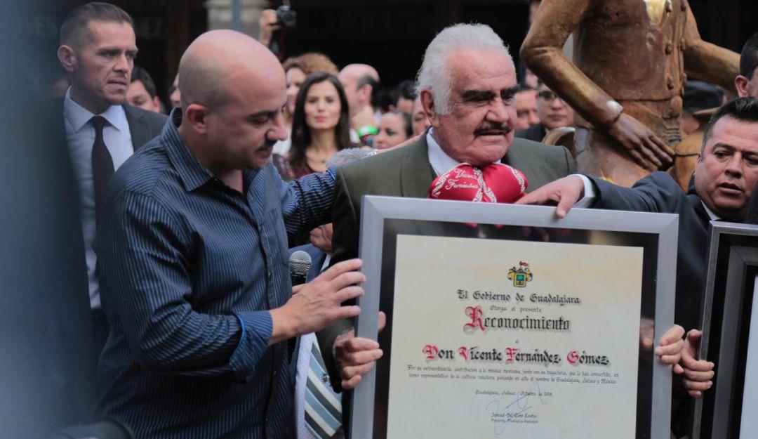Rinden homenaje a Vicente Fernández