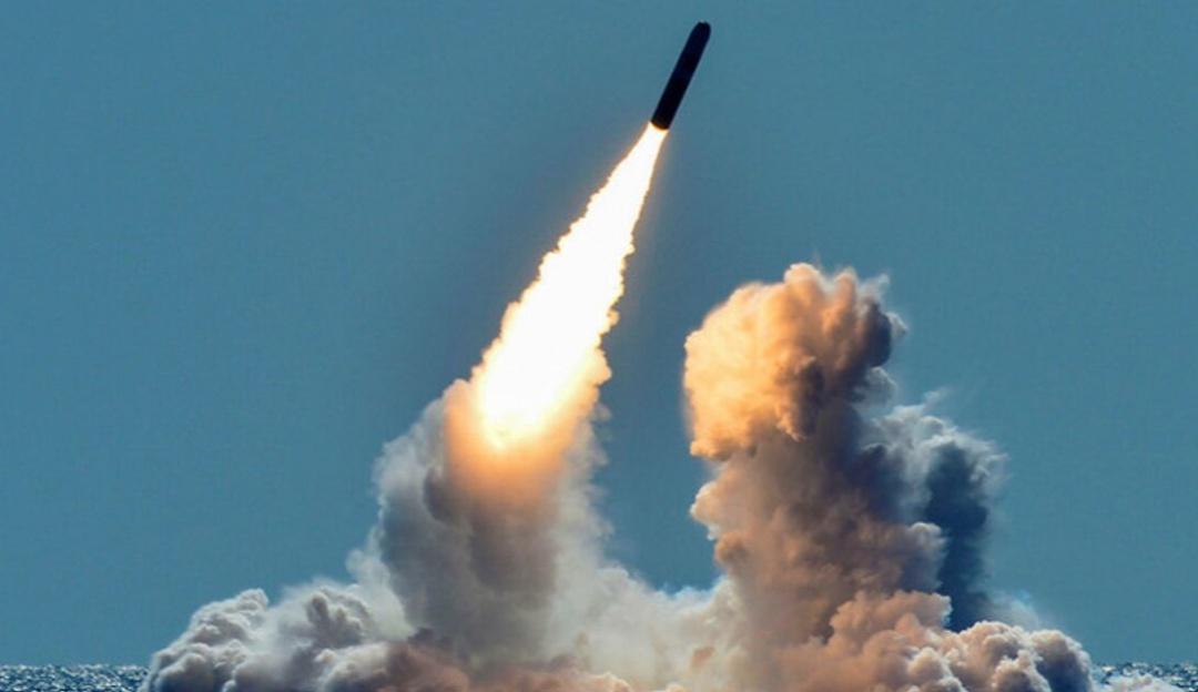 Misil es lanzado desde el submarino USS Nebraska de la Armada de EU en marzo de 2018