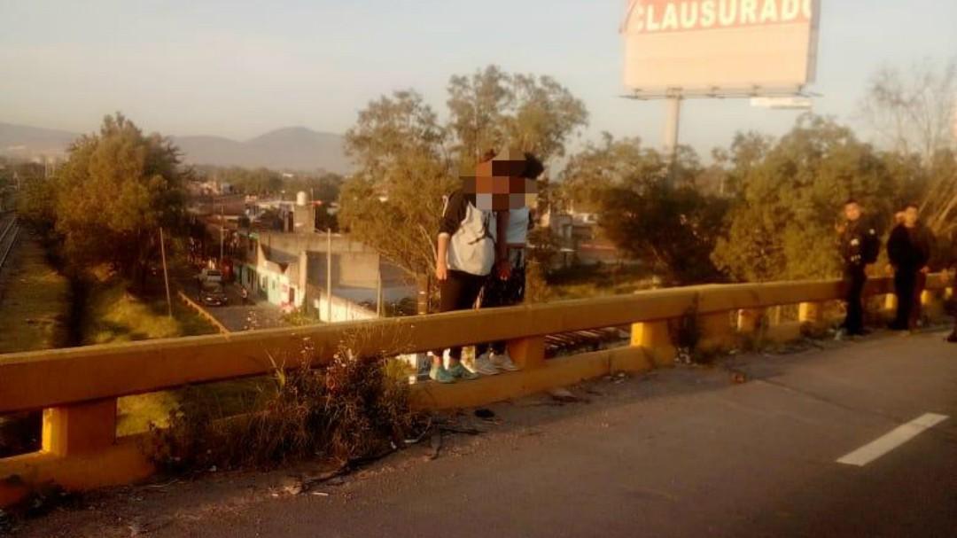 Policías rescatan a hermanas que intentaban arrojarse de un puente