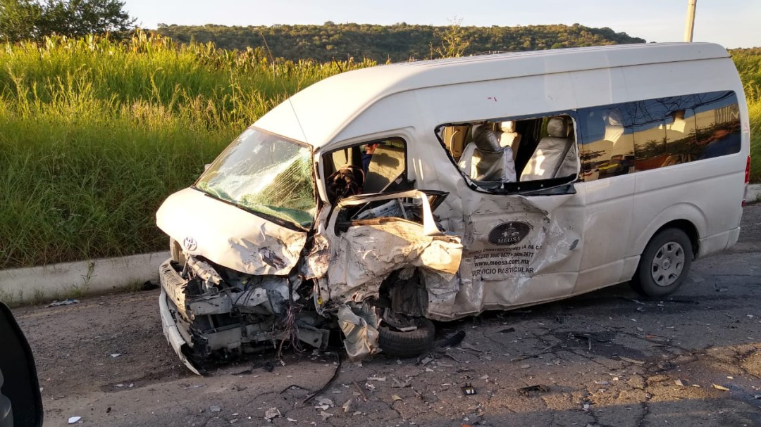 Choque entre dos camionetas deja diez lesionados
