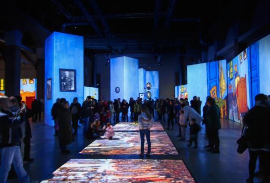 Esta exposición contará con decenas de proyecciones de alta definición y gráficos en movimiento en grandes pantallas