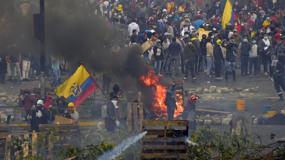 """Ecuador decreta nuevo toque de queda y """"militarización"""" por protestas"""